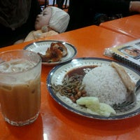 Photo taken at Restoran Fazlina Maju by Mohd Hasri H. on 9/23/2011