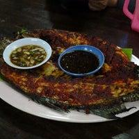 Photo taken at Seri Mesra Ikan Bakar & Seafood by Muhamad Jamili J. on 6/6/2012