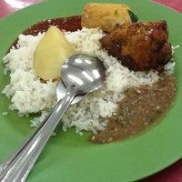 Photo taken at Mahallah Nusaibah Cafeteria by Faiqa N. on 4/26/2012