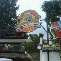 Photo taken at Kantin Lokomotif by Harry M. on 11/17/2011