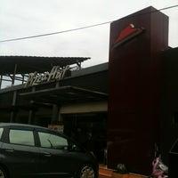 Photo taken at Pizza Hut by yuditya p. on 1/15/2012