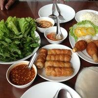 Photo taken at Daeng Nam-Nuang by Khungade S. on 6/23/2012