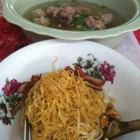 Photo taken at ก๋วยเตี๋ยวต้มยำ ชามใหญ่ by Gotto M. on 8/13/2011