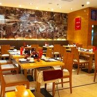 Photo taken at 鼎泰丰 Din Tai Fung by Michael H. on 11/6/2011