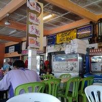 Photo taken at Restoran Pak Mal Nasi Ayam by Hana M. on 7/3/2012