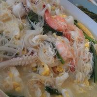 Photo taken at You Huak Restaurant (Sembawang White Beehoon 三巴旺白米粉) by Steve T. on 11/19/2011