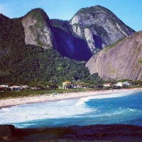 Photo taken at Praia de Itacoatiara by GuiadeNiteroi.com on 9/7/2012