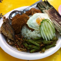Photo taken at Ponggol Nasi Lemak Centre by Applie W. on 10/11/2011