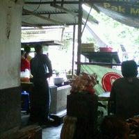 Photo taken at Bakso 'Sahabat Baru' Cak Mun by bhakti u. on 3/11/2012