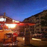 Photo taken at Nasi Lemak Kukus Iskandar Ayam Goreng Halia by David J. on 7/10/2012