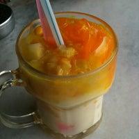 Photo taken at Restoran Pak Mal Nasi Ayam by Fynaz I. on 3/5/2012