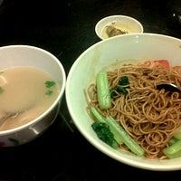 Photo taken at Pontian Wanton Noodles (笨珍云吞面) by GeriPuig I. on 8/9/2012