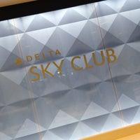 Photo taken at Delta Sky Club by Matt on 7/4/2012