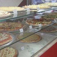 Photo taken at Vitrine da Pizza - Pizza em Pedaços by Fabricio O. on 12/16/2011