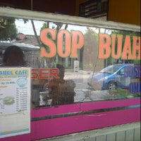 Photo taken at Sop Buah Sumatera by Kresna K. on 3/22/2012