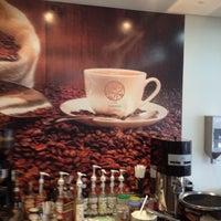 Photo taken at Supremo Arábica - Café & Chocolate by Leo A. on 5/8/2012