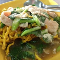 Photo taken at อาง้วน โกยซีหมี่ อาหารตามสั่ง by Meaw... on 6/15/2012