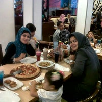 Photo taken at Pizza Hut by naylen s. on 8/11/2012