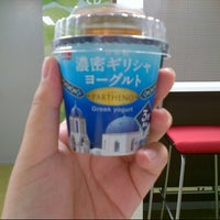 Photo taken at セブンイレブン 港区南青山2丁目店 by Azusa H. on 8/13/2012