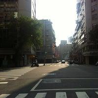 Photo taken at 黃家現烤香腸 by 花の 涼. on 8/10/2012