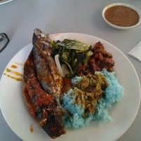Photo taken at D'Lengkuas Restoran Selera Kampung by Aku C. on 6/21/2012