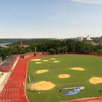 Das Foto wurde bei George Washington High School von Matthew V. am 7/12/2012 aufgenommen