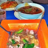 Photo taken at ตลาดแกรมมี่ by Emile K. on 8/30/2012