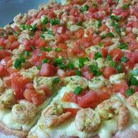 Photo taken at Vitrine da Pizza - Pizza em Pedaços by Fabricio O. on 5/17/2012