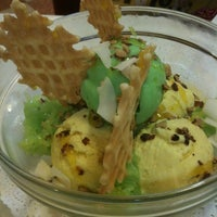 Photo taken at Swensen's by Pampeenea on 3/7/2012