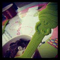 Photo taken at Menchies Frozen Yogurt by Dan S. on 8/10/2012