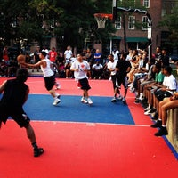 Foto tirada no(a) David Crombie Park Basketball Court por Stro 1. em 8/25/2012