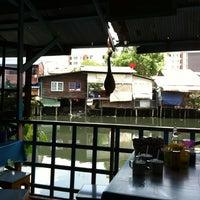 Photo taken at ก๋วยเตี๋ยวชายคลอง วัดลาดพร้าว by bboy o. on 5/9/2012