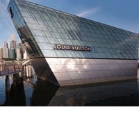 Photo taken at Louis Vuitton Island Maison by EsuNYC .. on 4/17/2012