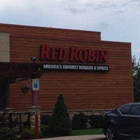 Photo taken at Red Robin Gourmet Burgers by Lil 1 on 8/4/2012