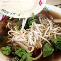 Photo taken at Pho Hoa Noodle Soup by Mork T. on 4/9/2012
