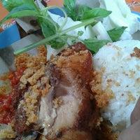 Photo taken at Ayam Goreng Tulang Lunak Bengawan by deanggara w. on 7/4/2012