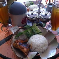 Photo taken at Ayam Bakar Maknyuusss by Lukito H. on 5/28/2012