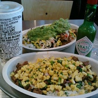 Photo taken at Chipotle Mexican Grill by Catarina L. on 8/11/2012