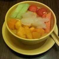 Photo taken at Honeymoon Dessert by Meliantha H. on 8/21/2012
