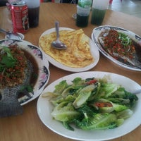 Photo taken at Restaurant Lan Je (兰姐清蒸非洲鱼) - Kepong by Shirley O. on 7/1/2012