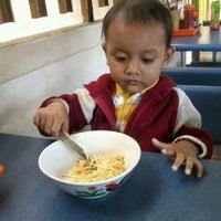 Photo taken at Mie Ayam Purwodadi by Sahlah A. on 5/13/2012