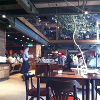 Photo taken at Coco Bambu Pizzaria & Cozinha by Ana Carolina B. on 3/13/2012