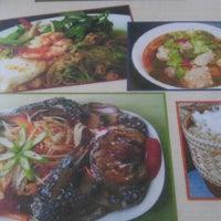 Photo taken at ส้มตำ ร้านส้มตำเจ๊ไหม by Pukkanan T. on 8/9/2012