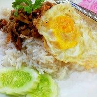 Photo taken at ต้นอ้อยอาหารตามสั่ง by Kimochii M. on 5/16/2012
