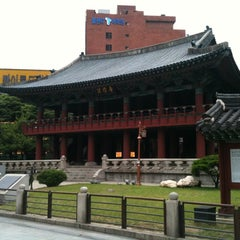 Photo taken at 보신각 (普信閣, Bosingak) by Raquelita on 5/27/2012