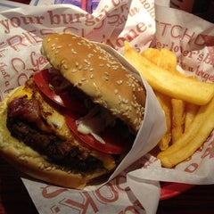 Photo taken at Red Robin Gourmet Burgers by John A. on 4/22/2012