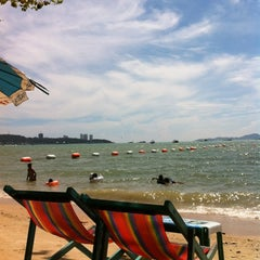 Photo taken at หาดพัทยา (Pattaya Beach) by Charn T. on 4/17/2012