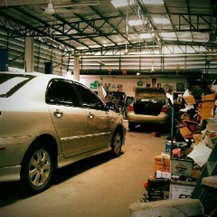 Photo taken at อู่คุณเล้ง Leng Garage by Pitipong R. on 8/5/2012