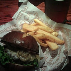 Photo taken at Red Robin Gourmet Burgers by Craig R. on 10/14/2011