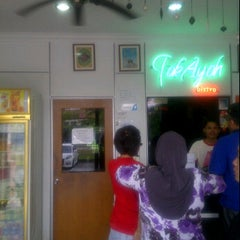 Photo taken at Tok Ayah Bakery (Roti Naik) by Leyha M. on 1/24/2012